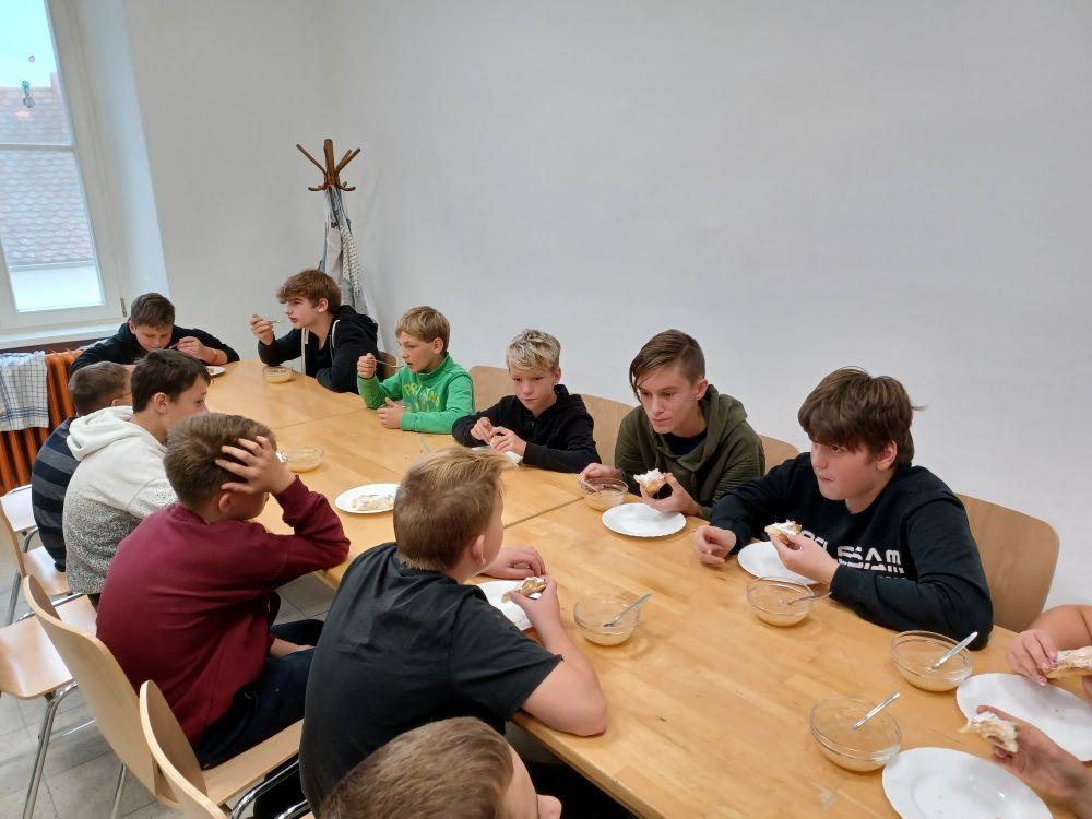 VS-Pinkafeld, Beitrag 3., 4., 6. FÖK, Apfelernte im Pfarrgarten